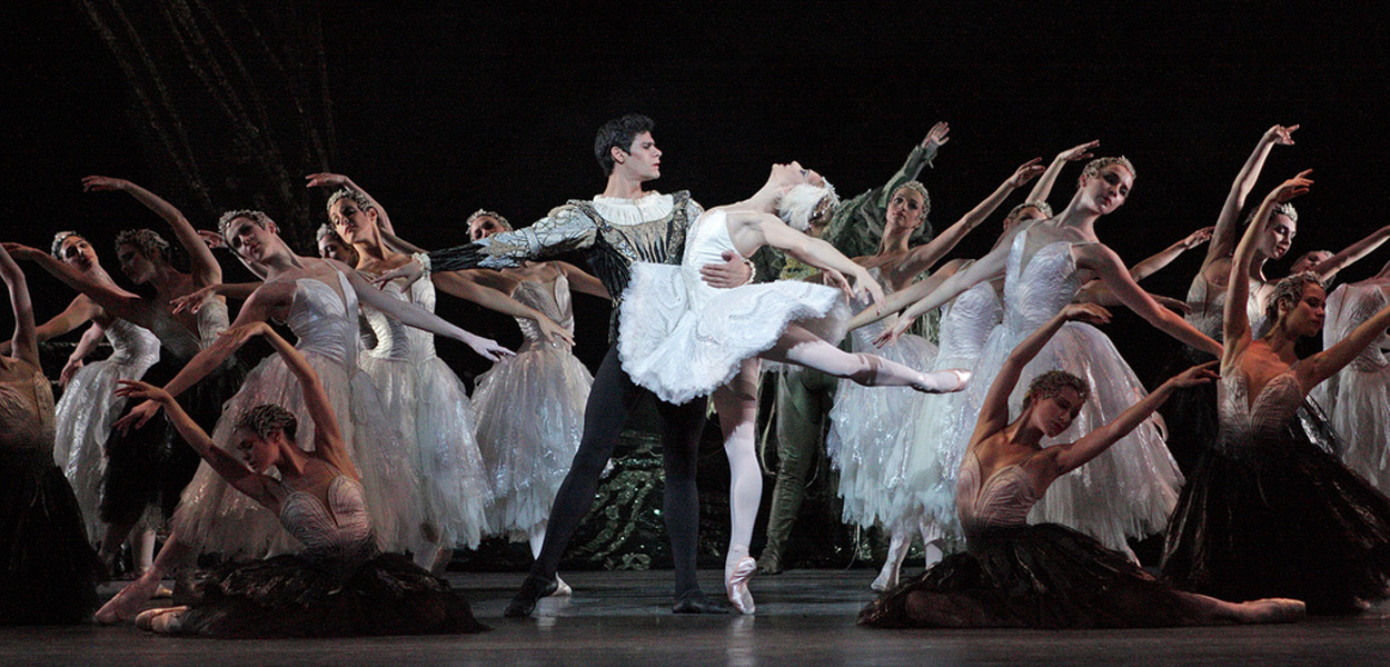 Thiago Soares as Prince Siegfried and Marianela Nuñez as Odette in Swan Lake © Dee Conway 2008
